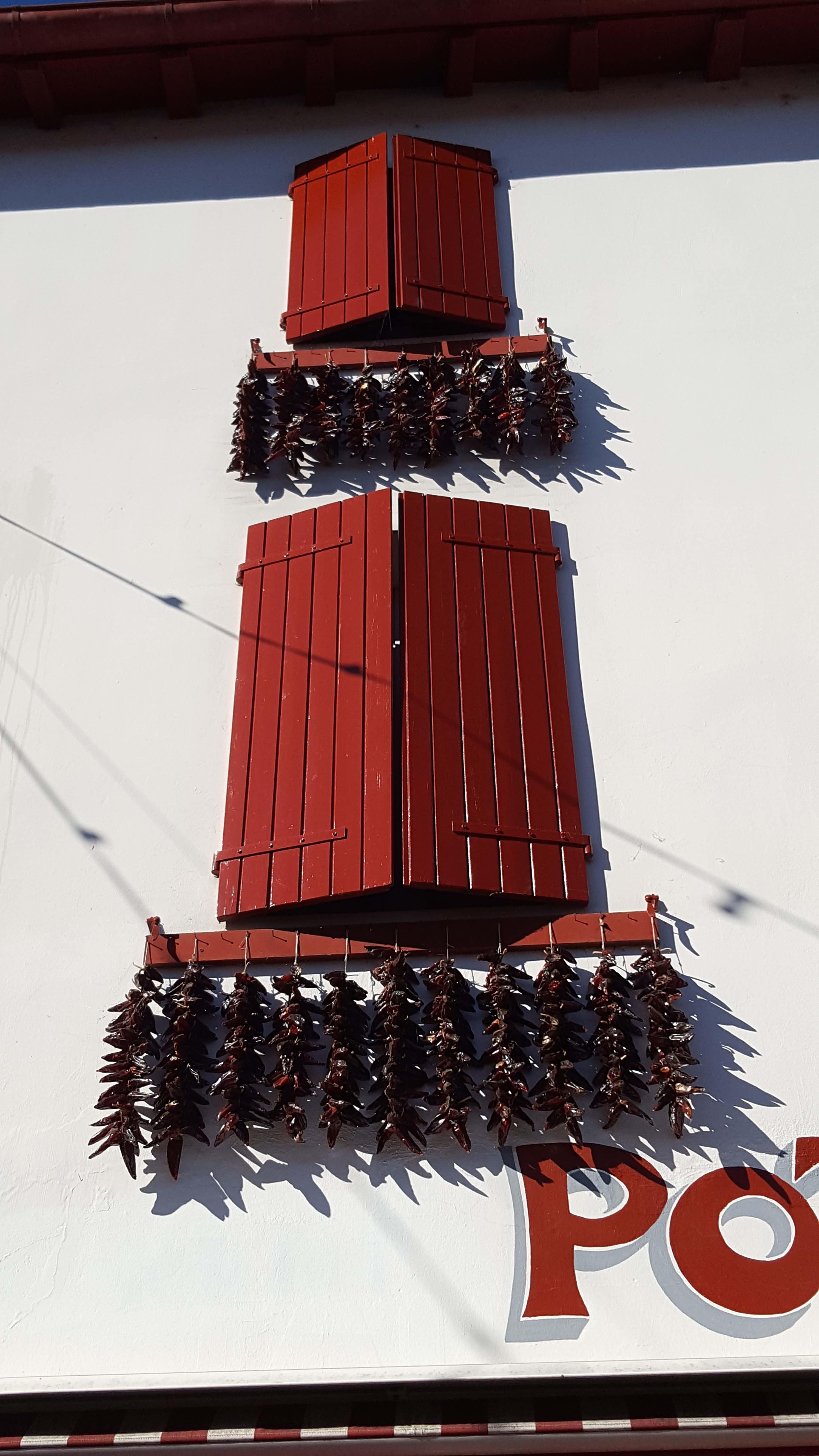 Atelier du piment - Facade corde de piment espelette